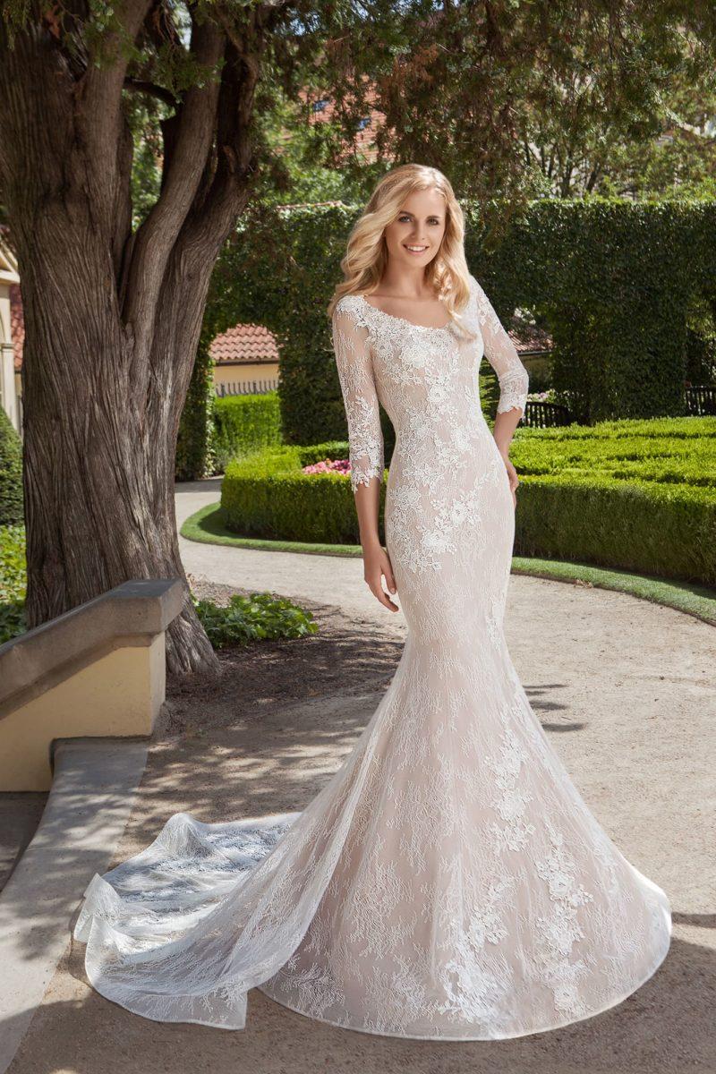 Облегающее свадебное платье «рыбка» на бежевой подкладке, с длинным кружевным рукавом.