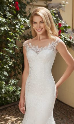 Стильное свадебное платье-трансформер с эффектным шлейфом и фигурным декором лифа.