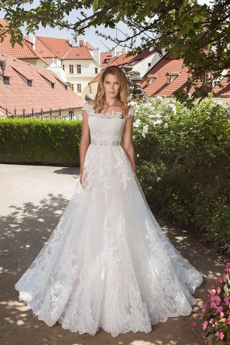 Кружевное свадебное платье-трансформер с юбкой «русалка» и полупрозрачным пышным верхом.