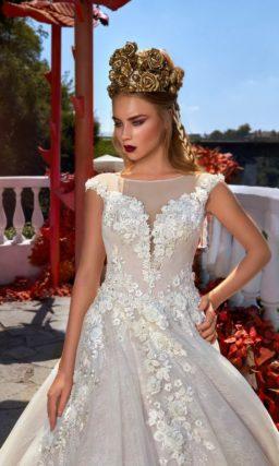 Пышное свадебное платье с закрытым лифом, украшенное объемными цветочными бутонами.