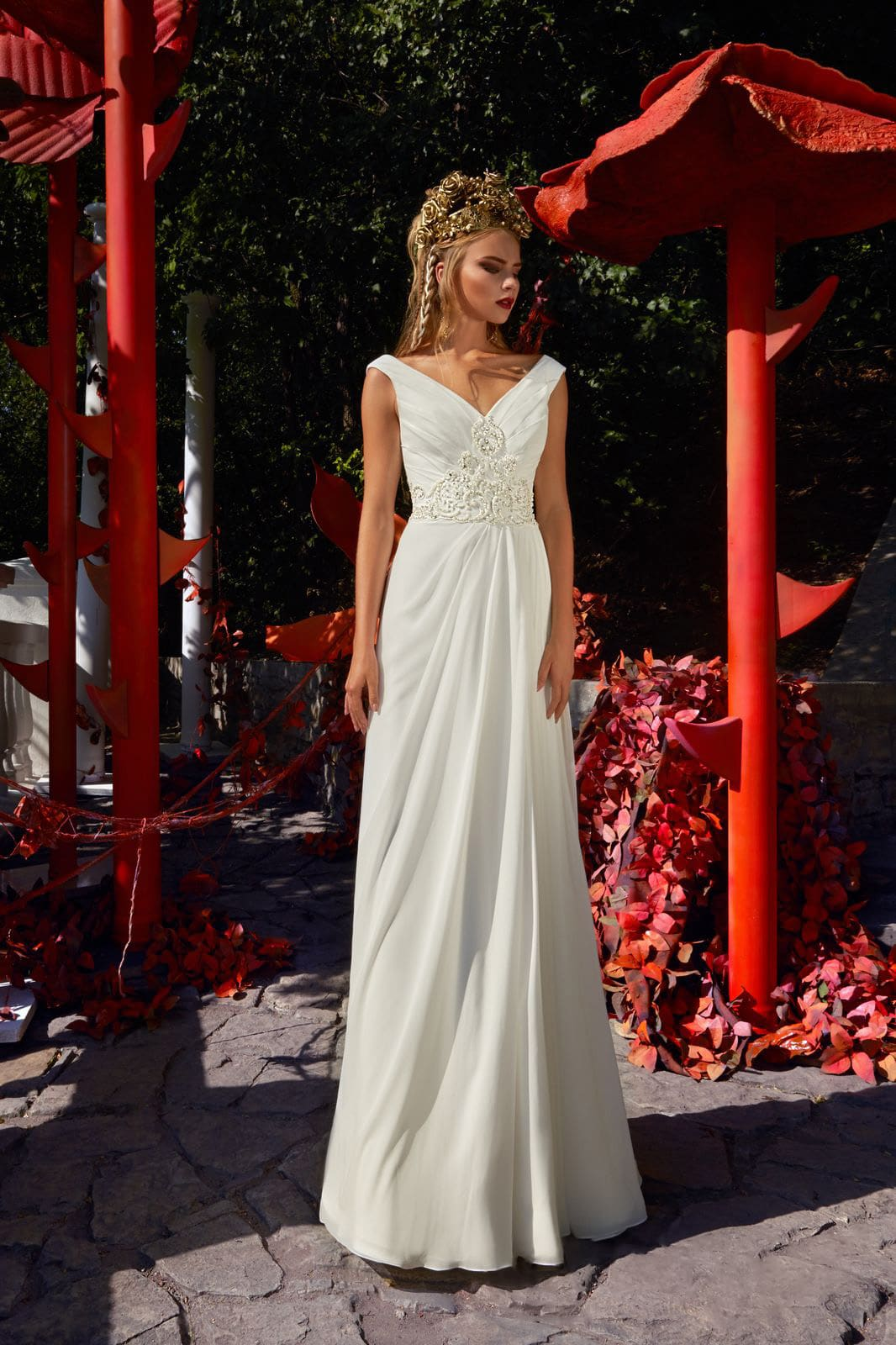 Свадебное платье в греческом стиле, с драпировками и элегантным V-образным декольте.