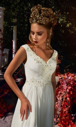 Прямое свадебное платье с эффектным вырезом, оформленным по краю полосой вышивки.