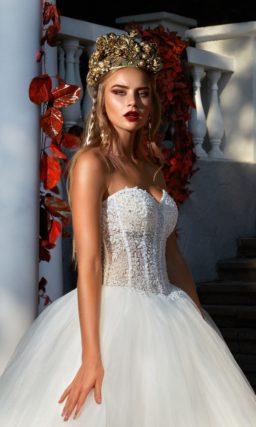 Пышное свадебное платье с фактурным корсетом, открывающим декольте лифом-сердечком.