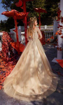 Персиковое свадебное платье А-силуэта с романтичным объемным декором корсета с рукавами.