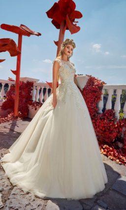 Пышное свадебное платье с элегантным закрытым лифом и небольшим полукругом шлейфа.