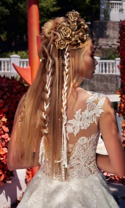 Стильное свадебное платье силуэта «принцесса», украшенное романтичным кружевом по лифу.