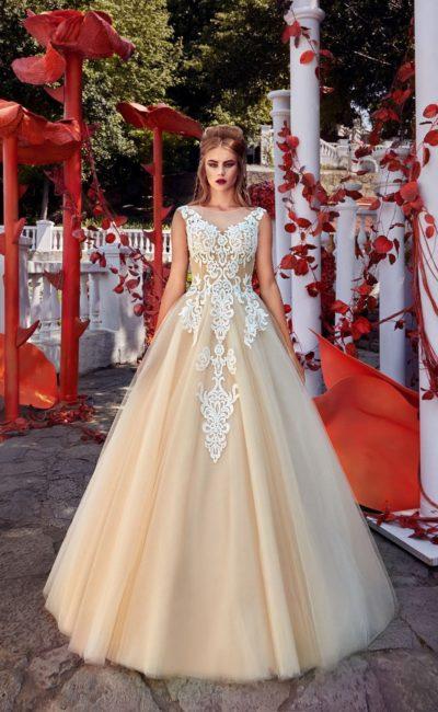 Золотистое свадебное платье с пышным силуэтом, оформленное белым кружевом по лифу.