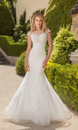 Кружевное свадебное платье чувственного силуэта «рыбка» с коротким рукавом с фигурным краем.