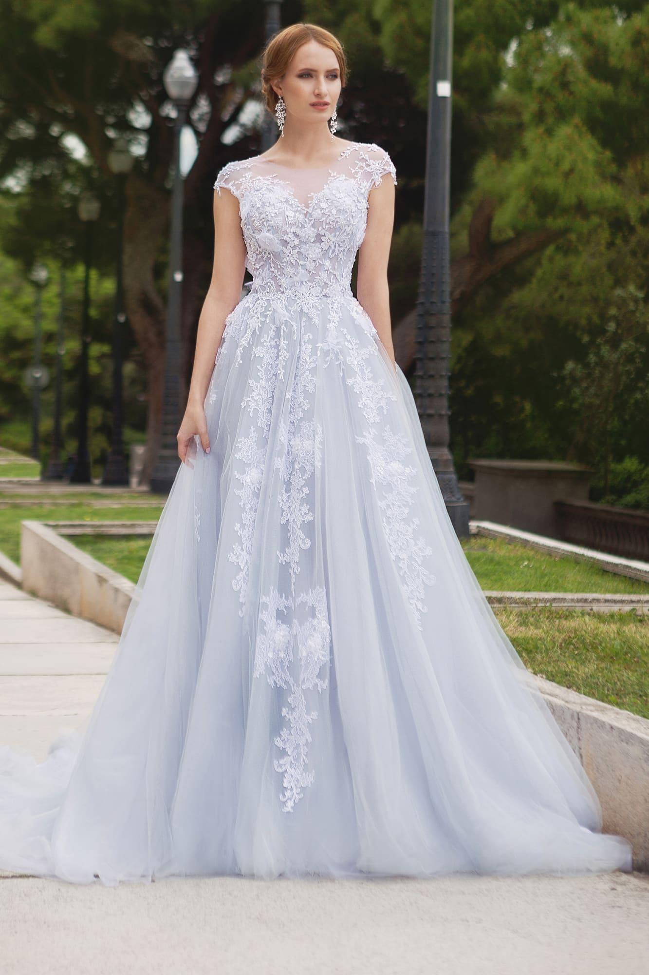 Романтичное свадебное платье А-силуэта с V-образным вырезом и коротким кружевным рукавом.