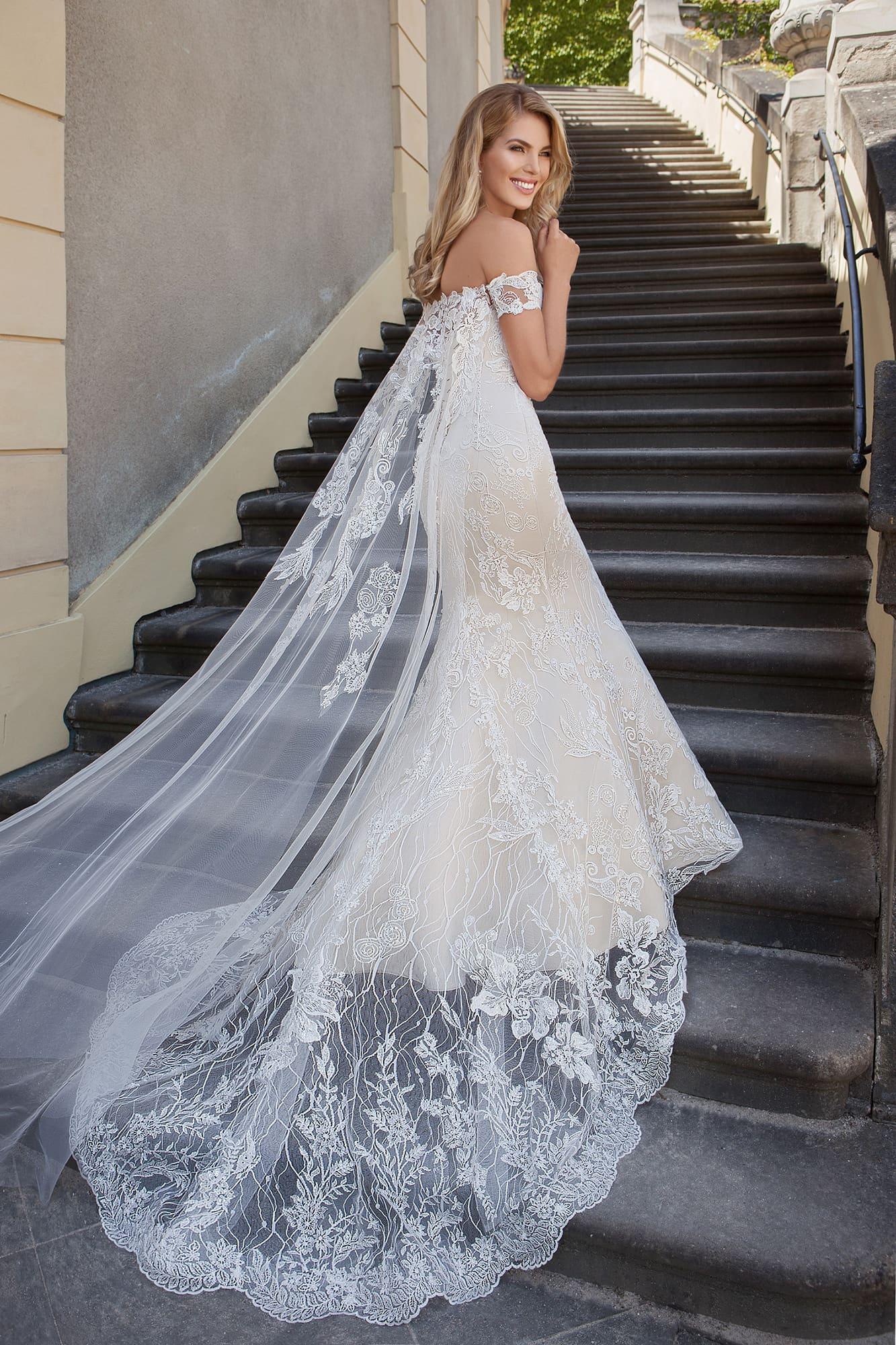 Фактурное свадебное платье с открытым лифом в форме сердца и стильной юбкой «русалка».