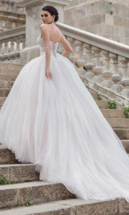 Эффектное пышное свадебное платье с открытым корсетом, покрытым кружевной отделкой.