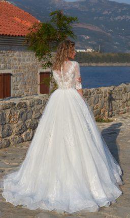 Пышное свадебное платье со сдержанным закрытым верхом и элегантным длинным рукавом.