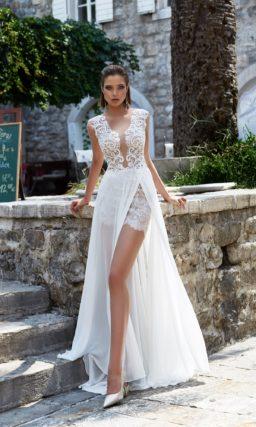 Стильное свадебное платье с кружевной нижней юбкой и соблазнительным разрезом на верхней.