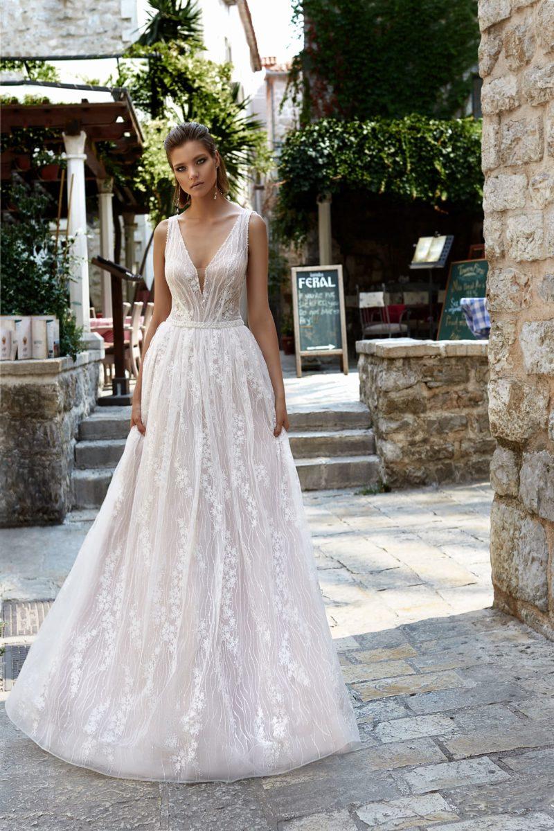 Пышное свадебное платье из фактурной ткани с женственным V-образным вырезом декольте.