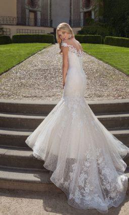 Стильное свадебное платье «рыбка» с элегантным округлым вырезом и фактурной юбкой.