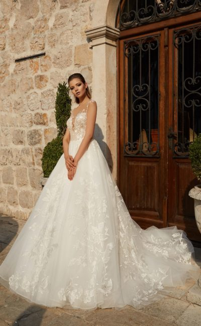 Воздушное свадебное платье с облегающим бежевым корсетом с кружевной отделкой.