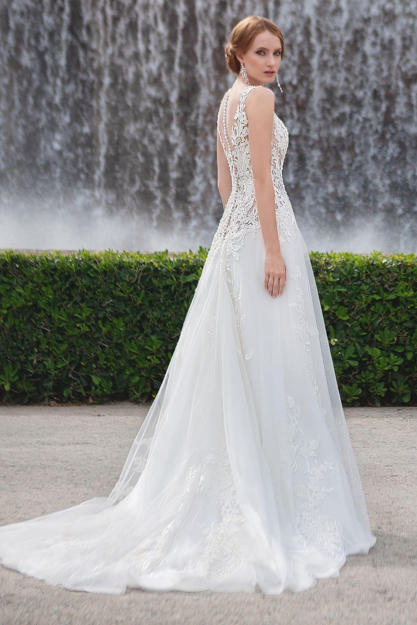 Деликатное свадебное платье с закрытым кружевным лифом и небольшим шлейфом сзади.