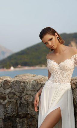 Прямое свадебное платье с разрезом сбоку по подолу и фигурным вырезом портретного декольте.