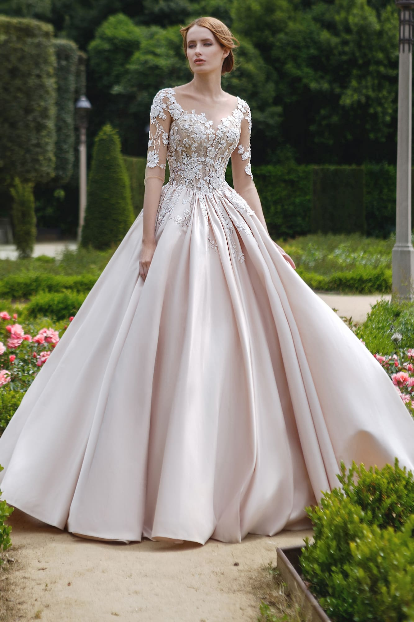 093b04b186d Очаровательное свадебное платье с кружевным декором и пышной атласной юбкой.