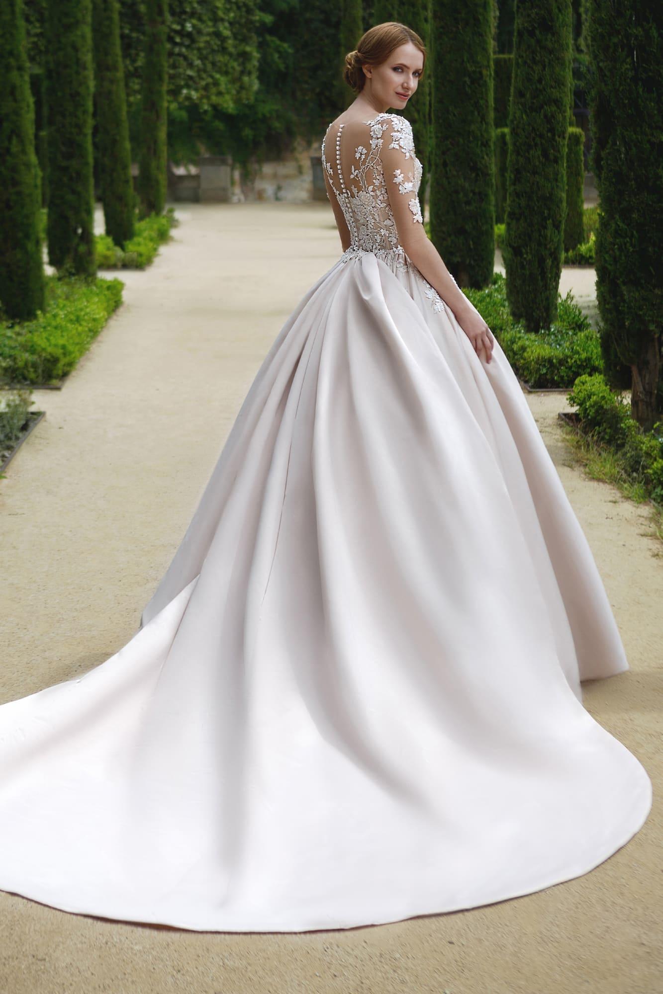 Очаровательное свадебное платье с кружевным декором и пышной атласной юбкой.