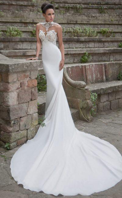 Облегающее свадебное платье с открытым лифом в форме сердца, покрытым кружевом.