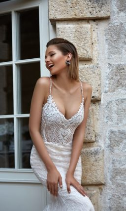 Облегающее свадебное платье «русалка» с открытым лифом, дополненным бретелями.