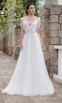 Экстравагантное свадебное платье «принцесса», декорированное по краю лифа бахромой.