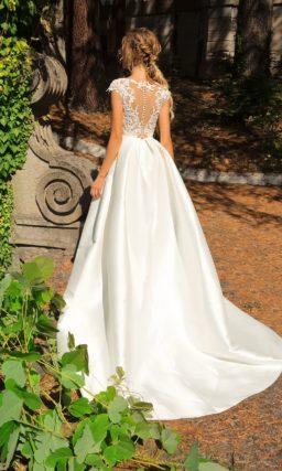 Свадебное платье с коротким кружевным рукавом и атласной юбкой с карманами.