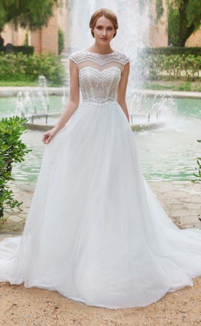 Романтичное свадебное платье с оригинальным оформлением лифа и юбкой А-силуэта.