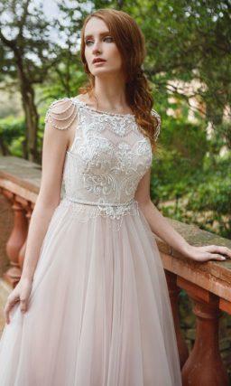 Свадебное платье А-силуэта цвета слоновой кости с кружевным лифом с американской проймой.