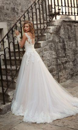 Пышное свадебное платье с длинным кружевным рукавом и воздушной юбкой со шлейфом.
