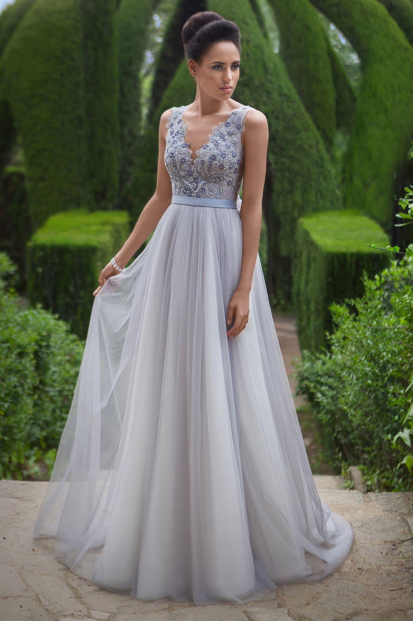 7890e7d39e7 Свадебное платье прямого силуэта с цветной вышивкой по лифу и узким поясом  на талии.