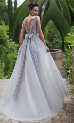 Свадебное платье прямого силуэта с цветной вышивкой по лифу и узким поясом на талии.