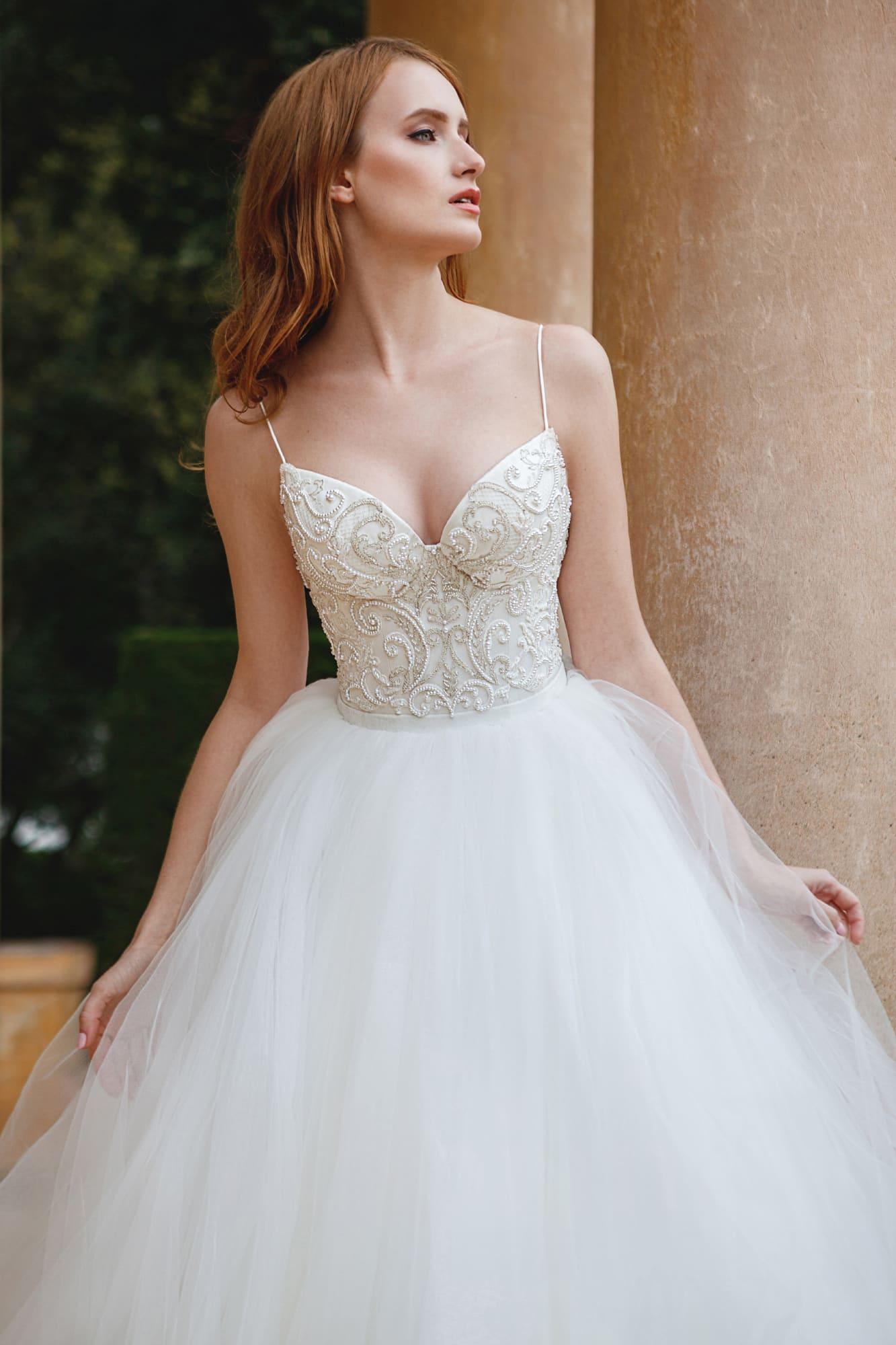 Пышное свадебное платье с фактурным корсетом, дополненным бретелями-спагетти.
