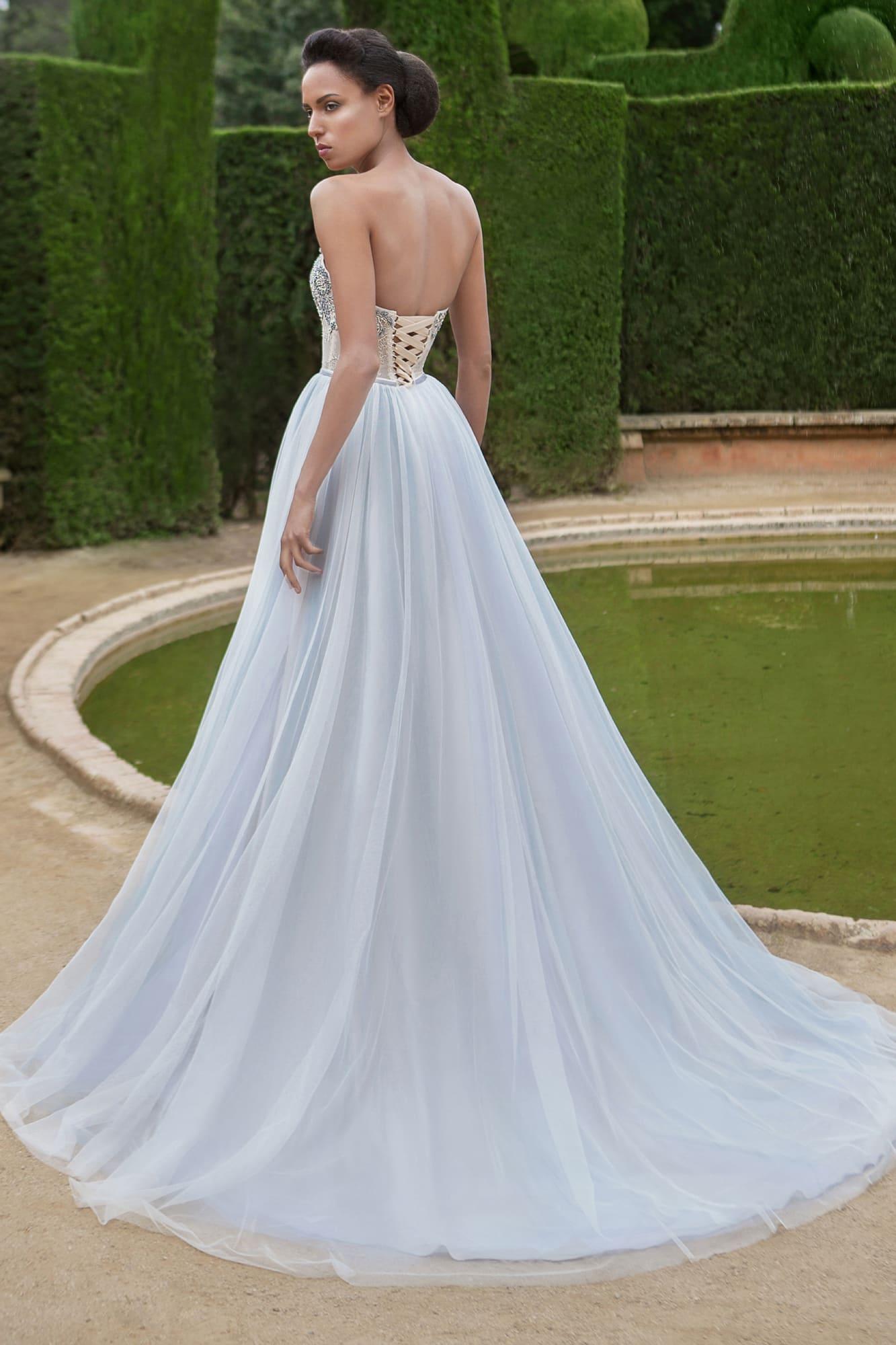 Стильное свадебное платье с вышивкой по открытому корсету и многослойной голубой юбкой.