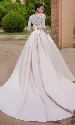Изысканное свадебное платье с кружевным рукавом три четверти и атласной юбкой А-силуэта.