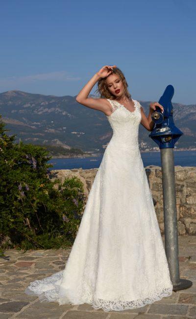 Кружевное свадебное платье силуэта «принцесса» с элегантным небольшим шлейфом сзади.