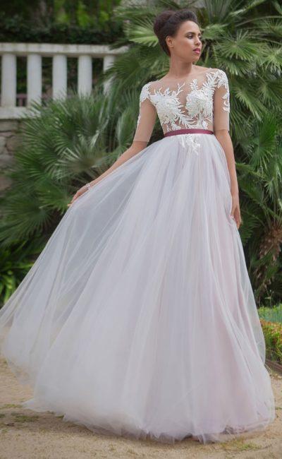 Оригинальное свадебное платье «принцесса» с цветным поясом и тонкими рукавами.