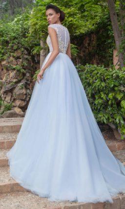 Свадебное платье с изящным закрытым верхом и нежной голубой юбкой.