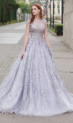 Необычное свадебное платье А-силуэта, по всей длине покрытое крупным кружевным узором.