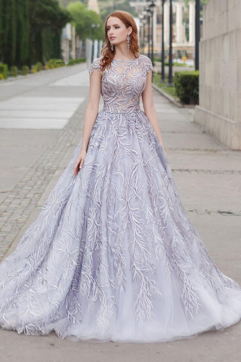 Необычное свадебное платье, по всей длине покрытое крупным кружевным узором.