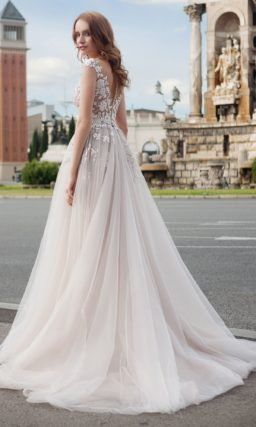 Кремовое свадебное платье с фактурной отделкой лифа и воздушной юбкой «принцесса».