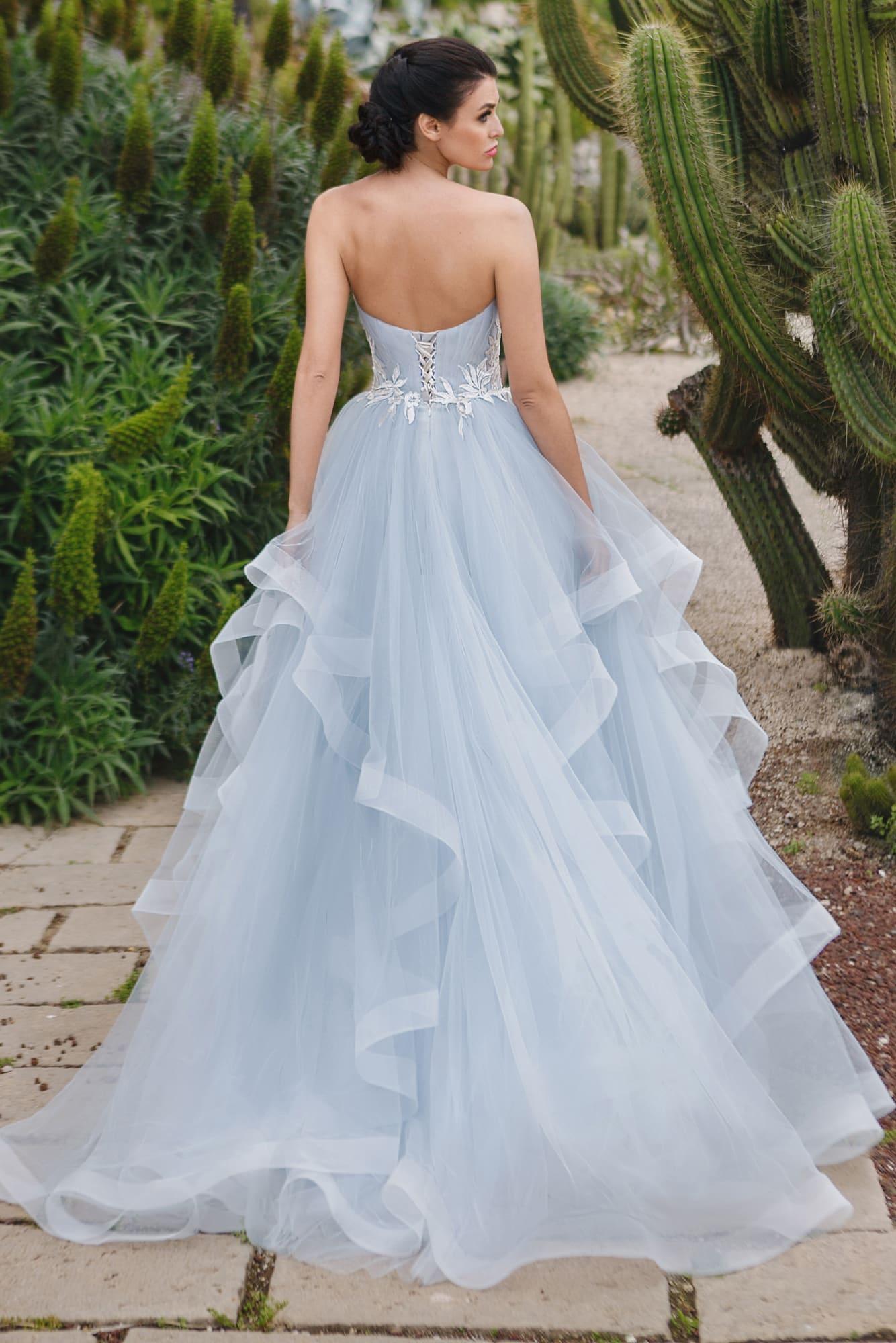 Голубое свадебное платье классического силуэта «принцесса» с лифом в форме «сердечка».