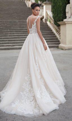 Свадебное платье «принцесса» с кружевной отделкой корсета и вертикальными складками по юбке.