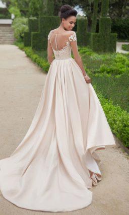 Свадебное платье цвета слоновой кости с элегантным рукавом и юбкой силуэта «принцесса».