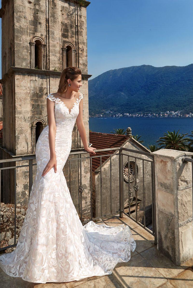 Фактурное свадебное платье силуэта «русалка» с прозрачной вставкой над вырезом лифа.