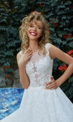 Пышное свадебное платье с закрытым лифом и романтической отделкой кружевными аппликациями.
