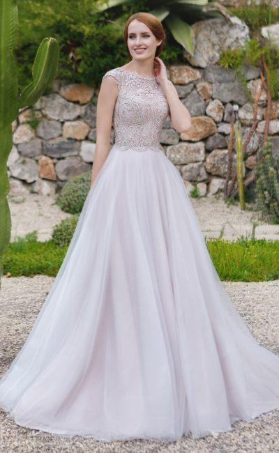 Пышное свадебное платье с элегантным закрытым верхом, оформленным кружевным декором.