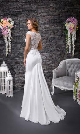 Стильное свадебное платье облегающего кроя «русалка» с закрытым лифом, покрытым кружевом.