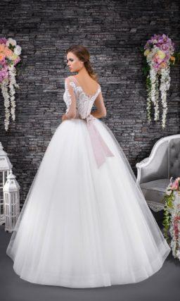 Нежное свадебное платье с пышной воздушной юбкой и розовым поясом на линии талии.